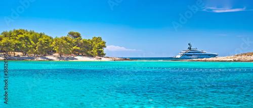 Photo Pakleni Otoci arcipelago beach and superyacht panoramic view