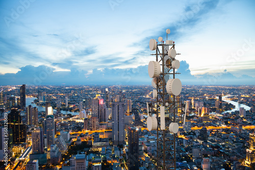 Valokuvatapetti Telecommunication tower with 5G cellular network antenna on night city backgroun