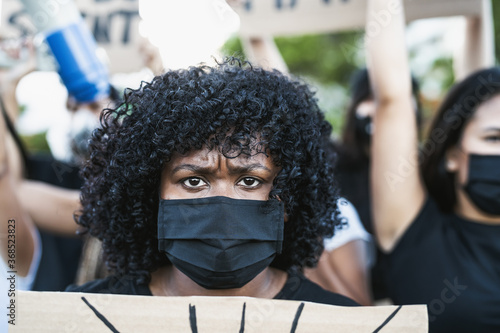 Fotografia Young Afro woman activist protesting against racism and fighting for equality -