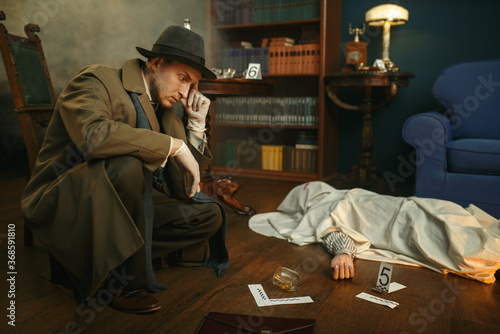Photo Male detective in gloves thinks at the crime scene