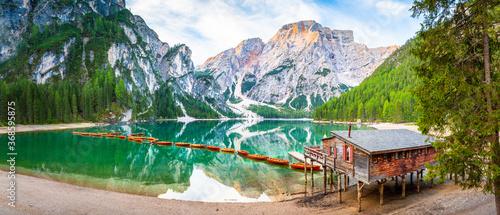 Cuadros en Lienzo Lago di Braies See Panorama in Italien Dolomiten, Pragser Wildsee, Steg mit Boot