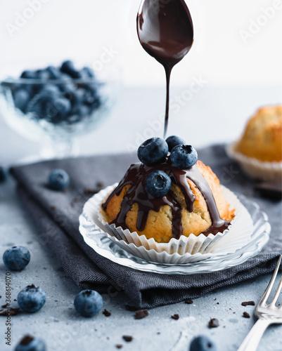 Fototapeta Waniliowe muffiny z borówkami.
