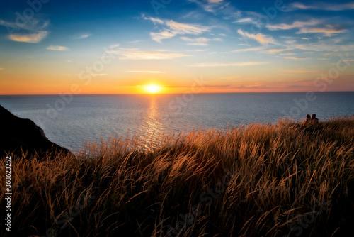 Obraz na plátně Romantischer Sonnenuntergang an der Küste in der Normandie, Frankreich