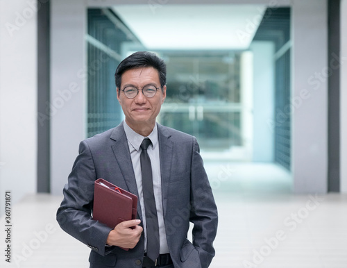 Fotografía Portrait of a Chinese businessman holding a diary