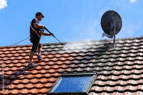 Carta da parati Roof cleaning with high pressure cleaner