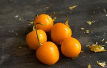 Fruta Aguaymanto O Uchuva (Physalis Peruviana) Sobre Fondo Gris