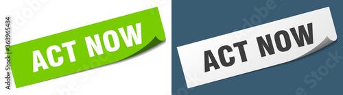 Fotografia act now paper peeler sign set. act now sticker
