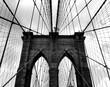 Fotografía en blanco y negro del puente de Brooklyn en la ciudad de Nueva York.