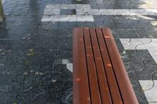 「愛知県」夏の晴れた日の公園のベンチ