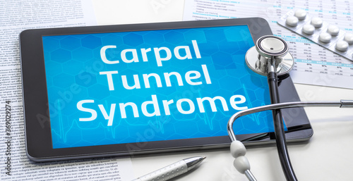 Valokuva The word Carpal Tunnel Syndrome on the display of a tablet