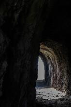 UN Montaña Con Una Cueva En Su Interior