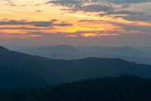 Zmierzch W Górach. Gorce Ukochane Góry Jana Pawła II, Widok Z Gorca Na Zachodzące Słońce . Dolina Kamienicy Gorczańskiej