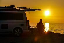Bulli-Camper An Der Ostsee Bei Sonnenuntergang