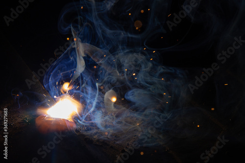 Fotografiet the burning of the arc for manual arc welding