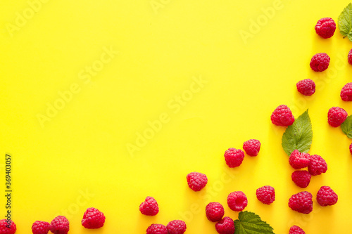 Obraz Tasty ripe raspberries on color background - fototapety do salonu