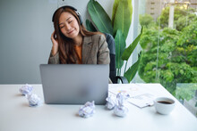 A Beautiful Young Businesswoman Enjoy Listening To Music To Relieve Stressed At Work
