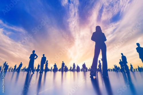 Obraz na plátně 印象的な夕暮れに佇む群衆のシルエット