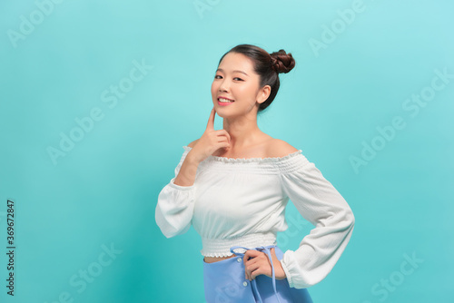 Photo Long hair asian young beautiful woman touch her face and look to the side