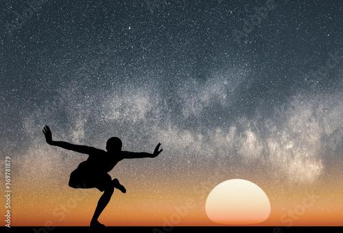Photo Silueta de una persona joven en una postura de yoga guardando equilibrio sobre u