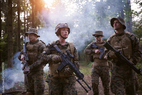 Foto Soldier Woman as a Team Leader