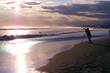 空と海と砂浜、そして人のシルエットがきれいです。 The sky, the sea, the sandy beach, and the silhouettes of people are beautiful.