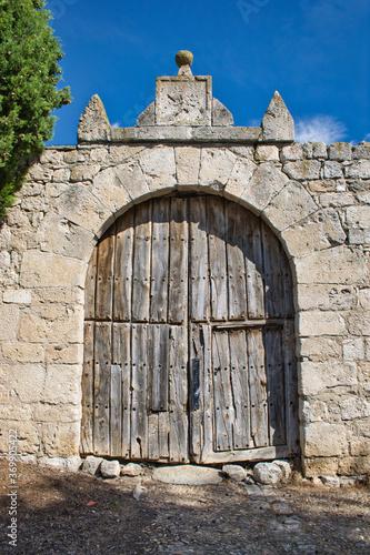 Fotomural Antigua y en ruinas puerta rural medieval en Wamba, Valladolid