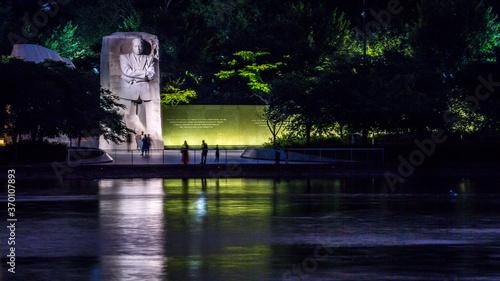 Obraz Martin Luther King Memorial in Washington DC at night - fototapety do salonu