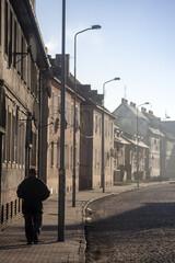 malownicza brukowana uliczka w małym miasteczku
