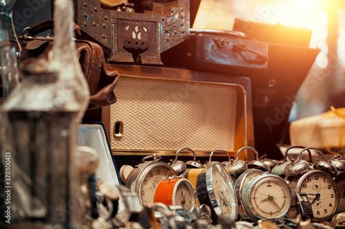 Photo old clocks at sunday flea market countertop