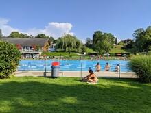 Piscine Olympique En Plein Air En Suisse à Mort Et Son Lac, Séparation Pour Les Nageurs Qui Nagent