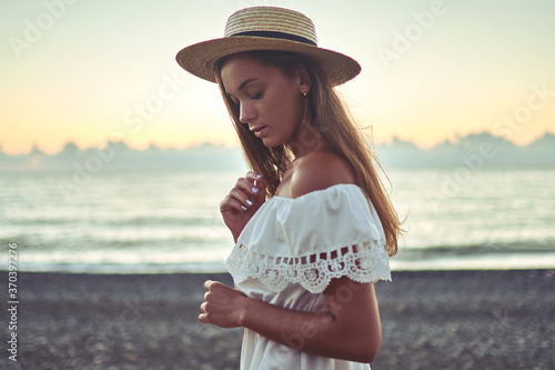 Fotografia Sensual brunette romantic woman with long hair in a summer white dress with bare