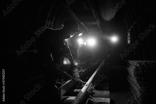 Photographie Silhouette of a working miner in a mine