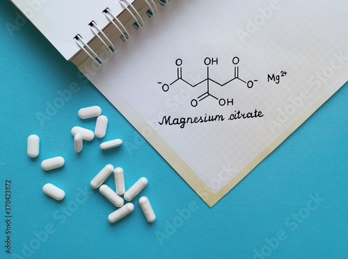 Fototapeta Structural chemical formula of magnesium citrate molecule with white pills
