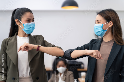 People in office company have elbow greeting during covid pandemic Tableau sur Toile