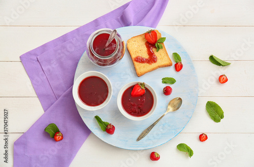 Obraz Sweet strawberry jam and toasted bread on table - fototapety do salonu