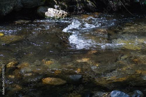 woda czysta źródło rzeka kamienie