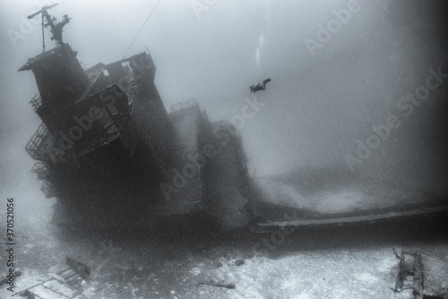 Photo Scuba diver underwater with shipwreck