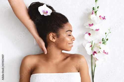 Foto Beautiful african girl enjoying day at new spa