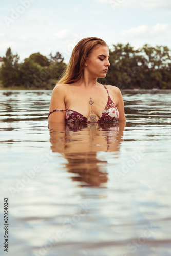 Photo Beauty portrait of a young woman in a lake