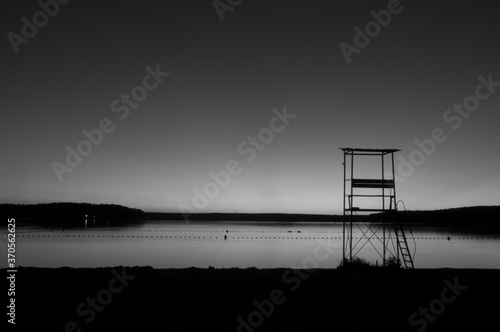 Zachód słońca w czerni i bieli nad jeziorem - fototapety na wymiar
