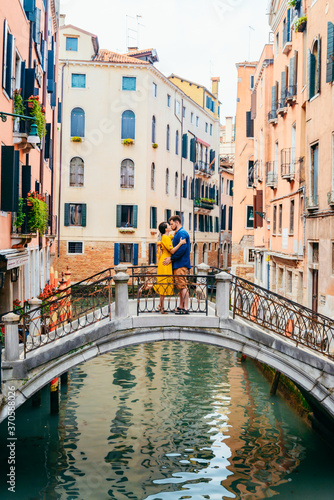 Fototapety, obrazy: couple standing on the bridge crossing venice canals