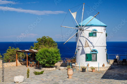 Photo Traditional greek windmill on Zakynthos island on Ionian Sea, Greece