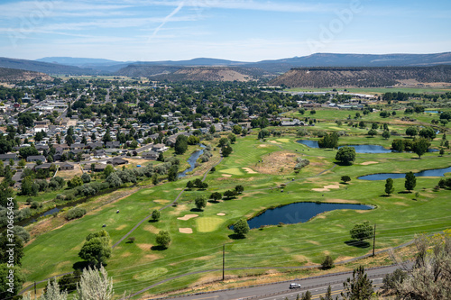 Foto Beautiful cityscape and golf course aerial overlook of Prineville from Ochoco St