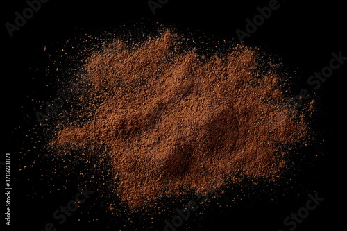 Cuadros en Lienzo Cinnamon powder pile isolated on black background, top view