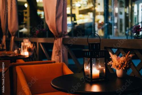 Canvas Print Blurred night interior of street cafe