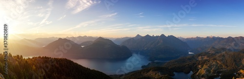 Fotografia Beautiful Panoramic View of Canadian Nature Landscape from the top of Tin Hat Mountain during a sunny summer sunset