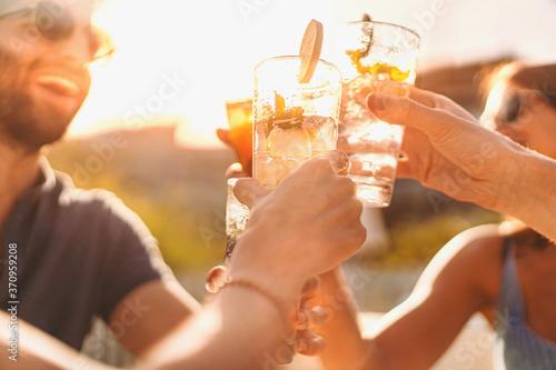 Fotografia Best friends drinking mojito at counter cocktail bar restaurant - Friendship con