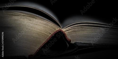 Obraz na plátně ein dickes aufgeschlagenes Buch fesselt den Leser
