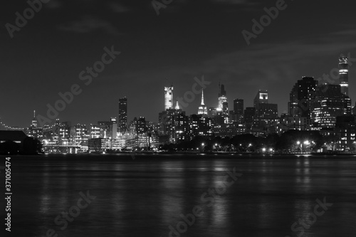 Fototapety, obrazy: Black and White Nighttime Roosevelt Island and Manhattan Skyline along the East River in New York City