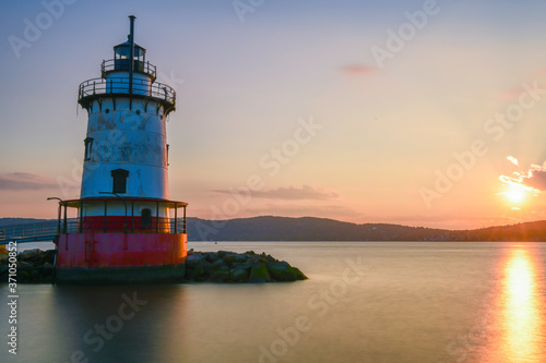 Photo Peaceful sunset over Sleepy Hollow Lighthouse located in New York State's Hudson Valley